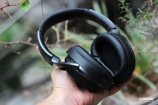 Những chiếc tai nghe cao cấp của Sony luôn sở hữu thiết kế & chất lượng gia công cực tốt, MDR-1000X tất nhiên không phải là ngoại lệ. Flagship này sở hữu thiết hiện đại, hầm hố với phần khung kim loại cao cấp, lớp da mịn phủ bên ngoài housing, từng chi tiết nhỏ nhất được hoàn thiện cẩn thận, không hề có một lỗi nhỏ nào.