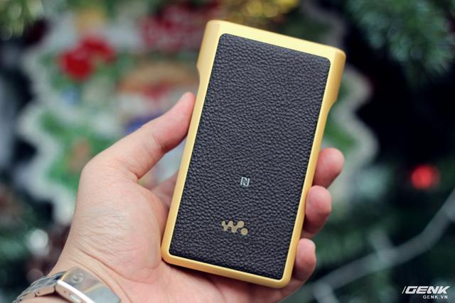 Mặt lưng máy được dán da sần cùng logo Walkman, vị trí đặt anten NFC