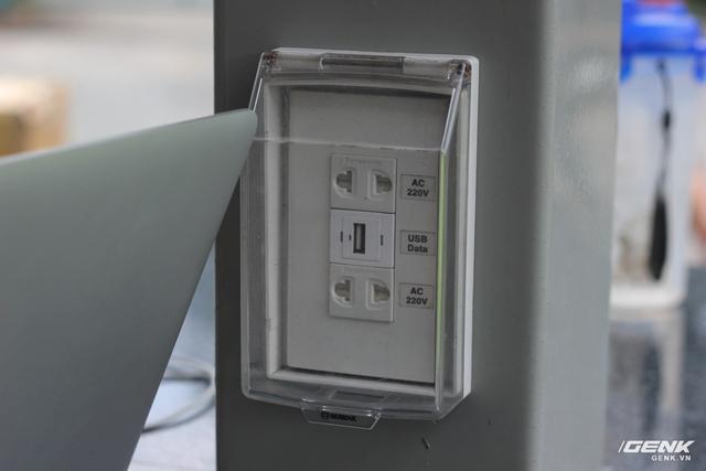 Ổ điện có nắp bảo vệ và chống mưa bão.
