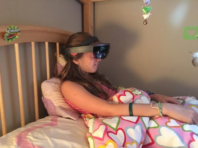 Ở những nơi có ánh nags mạnh, những hình ảnh 3D rất khó để cố định và quan át. Thế nhưng, những đứa con của ông vẫn xem TV trên một màn hình vô hình bằng cách ử dụng kính Microsoft HoloLens của nhà phát triển trong phòng ngủ của chúng.