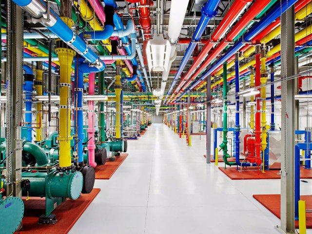 Theo tờ The San Francisco Chronicle, Google là người cung cấp phần mềm tìm kiếm và các máy chủ cho mạng lưới Intellipedia. Các máy chủ này xử lý rất nhiều băng thông, và được sử dụng nhiều nhất cho phiên bản Intellipedia tuyệt mật.
