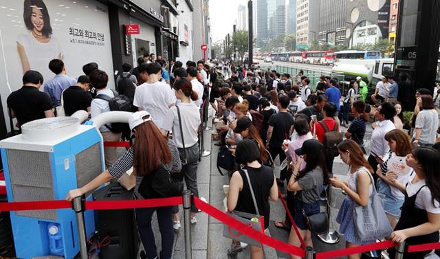 Dòng người xếp hàng tại cửa hàng Samsung ở khu Gangnam, Hàn Quốc.