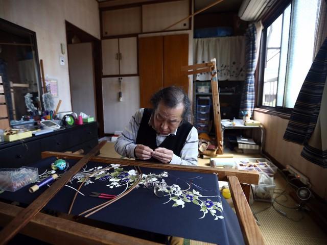 Những trung tâm may trang phục truyền thống Kimonos mọc lên khắp nơi và không chỉ dành cho các Geisha. Khách du lịch có thể mua các sản phẩm truyền thống Kimonos ở Trung tâm dệt may Nishijin.