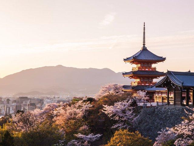 Kyoto cũng đã được bảo vệ để tránh bom đạn tối đa trong thời kỳ thế chiến thứ II nên toàn bộ thành phố không hư hao gì nhiều. Đó là nguyên do giải thích tại sao mà nhiều di sản, kiến trúc thành phố vẫn còn nguyên vẹn cho tới hiện nay.