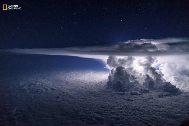 Một cơn bão đang hình thành trên Thái Bình Dương, chỉ cách bờ biển phía Nam của Panama City vài dặm.