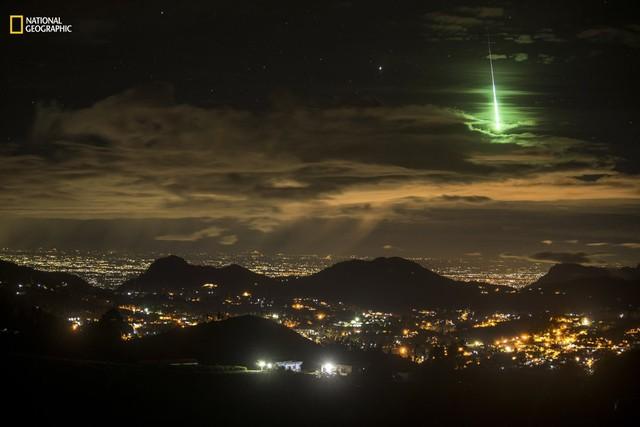 Nhiếp ảnh gia đã tình cờ ghi lại được hình ảnh một thiên thạch màu xanh lá cây.