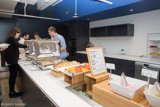 Tiếp theo sẽ là khu bếp ăn của LinkedIn. Các nhân viên ở đây có thể tận hưởng bữa sáng và bữa trưa miễn phí mỗi ngày.