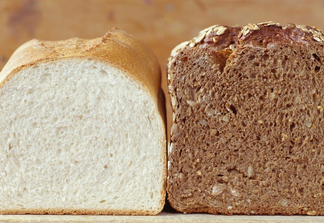 Bánh mỳ trắng và bánh mỳ nâu, ví dụ về carb tinh chế và carb toàn phần