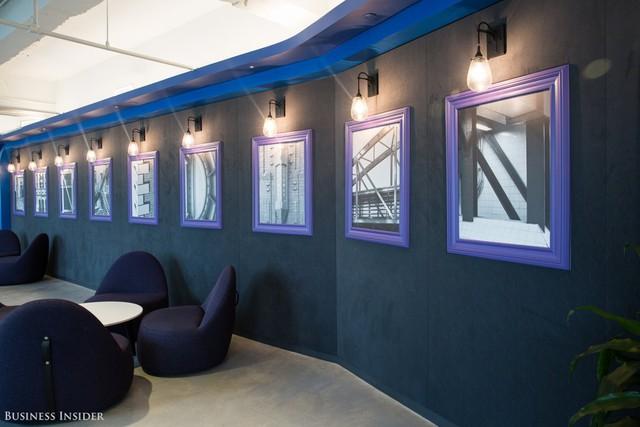 Một đặc điểm thiết kế thú vị khác đó là văn phòng có một dải ruy-băng màu xanh trải dài đến tầng 28, kết nối các khu vực với nhau. Điều này phản ánh rằng công ty tập trung vào sự liên kết.