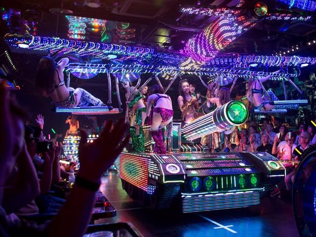 Hoặc kết thúc chuyến thăm quan tại nhà hàng Robot Restaurant cùng các hình thức giải trí vui nhộn như khiêu vũ, nhảy múa của các vũ công trên các dàn robot, xe Hummer...