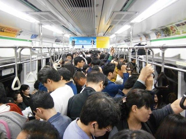Những chuyến tàu điện chật ních là chuyện thường ngày ở Nhật Bản