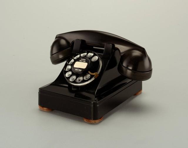 Điện thoại Model 302 được thiết kế bởi Henry Dreyfuss.