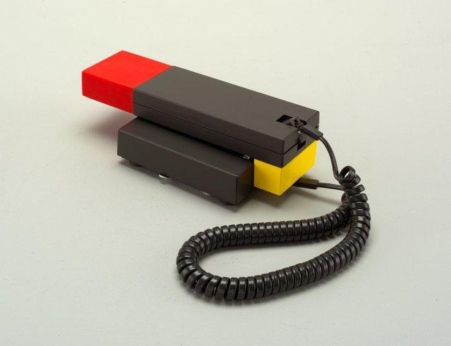 Enorme Telephone được thiết kế bởi Marco Zanini và Ettore Sottsass