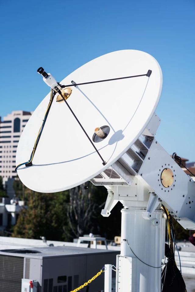 Hệ thống ăng-ten truyền tín hiệu Internet lên drone của Facebook.