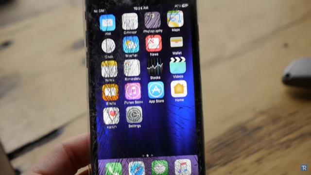 Màn hình iPhone 7 nát tươm sau cú cắn đầu tiên.