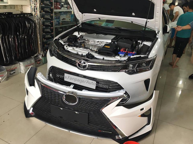 Chiếc Toyota Camry chuẩn bị độ dàn đầu của Lexus, và đèn pha Audi.