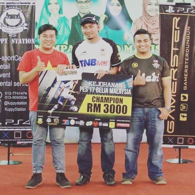Yazid Dragon (phải) và Duy Map (trái) trong khoảng khắc trao cúp cho nhà vô địch người Việt Nam.