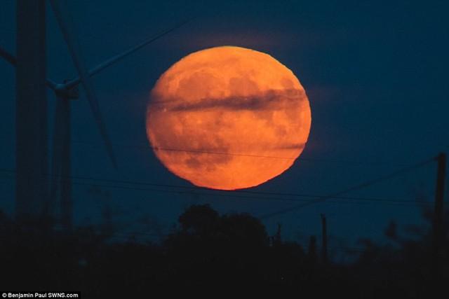 Siêu trăng ở nước Anh. Lần xuất hiện vào hôm nay 14/11 sẽ là lần Mặt Trăng ở gần Trái Đất nhất từ tháng 1/1948. Ảnh: SWNS.