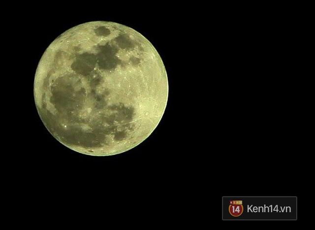 Mặt Trăng lớn hơn 14% và sáng hơn 30% so với trăng tròn thông thường. Ảnh chụp ở Đại lộ Thăng long (Ảnh: Lưu Minh Thông)
