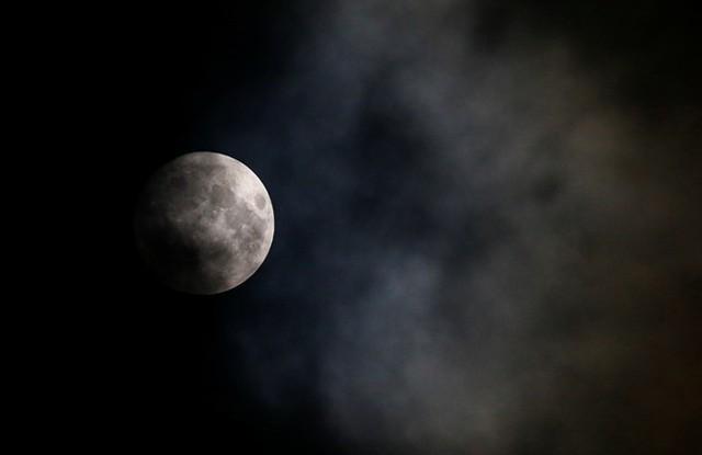 Trăng rằm trên bầu trời thủ đô Vienna của Áo. Sau ngày 14/11, siêu trăng thứ 3 trong năm nay sẽ xuất hiện vào ngày 14/12 nhưng không to và sáng bằng. Ảnh: Reuters.