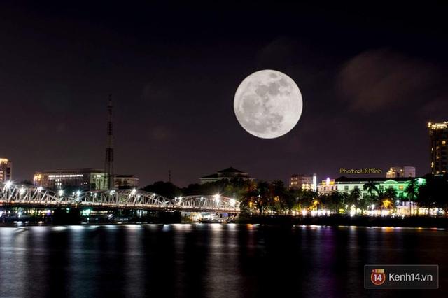 Ảnh chụp siêu trăng tại Cầu Trường Tiền - TP Huế. (Ảnh độc giả Hồng Nhung gửi)