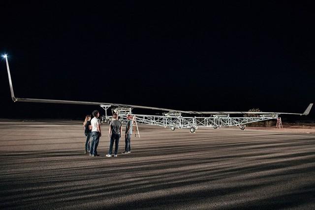 Ông chủ Facebook và các kỹ sư trước chuyến bay của Aquila.