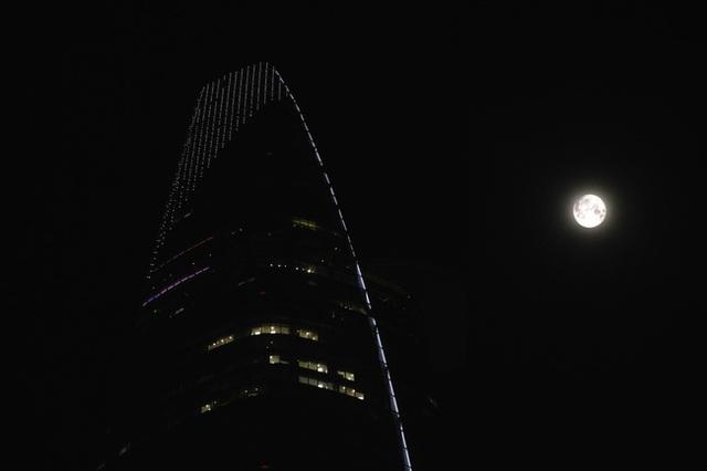 Siêu trăng đọ sắc bên cạnh tòa nhà Bitexco (Ảnh: Thi Đoàn)