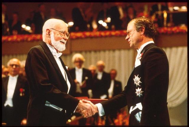 E. Donnall Thomas (trái), cha đẻ của ghép tủy xương, trong lễ trao giải Nobel dành cho ông