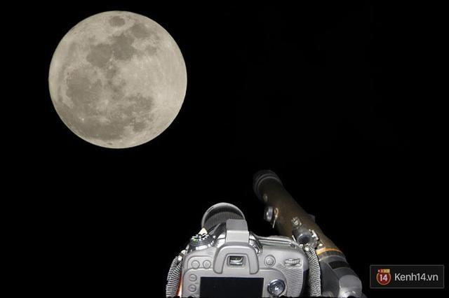 Mặt Trăng treo lơ lửng trên bầu trời Biên Hòa, Đồng Nai. (Ảnh: NghiaNguyen)