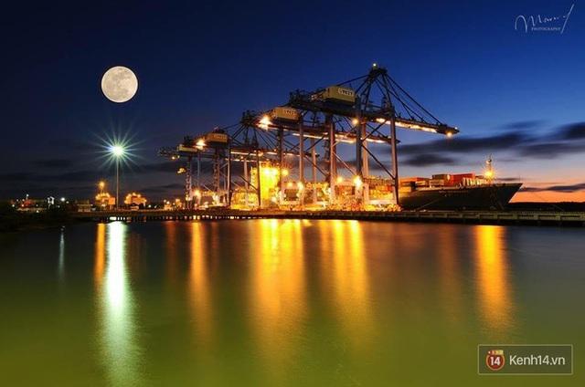 Một bức ảnh siêu trăng tuyệt đẹp khác được chụp ở Tân Cảng (Ảnh: Mạnh Hà)