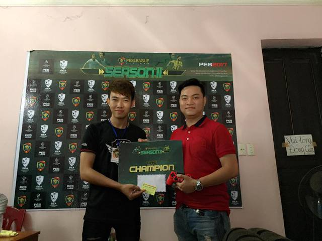 Nguyễn Gia Minh (trái), game thủ và là BTC PES League Haiphong.