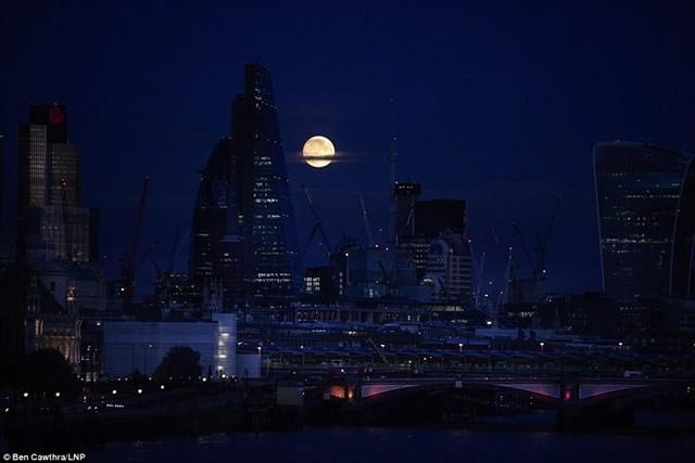 Đêm trăng rằm ở khu vực trung tâm tài chính của London ngày 13/11. Ảnh: LNP.