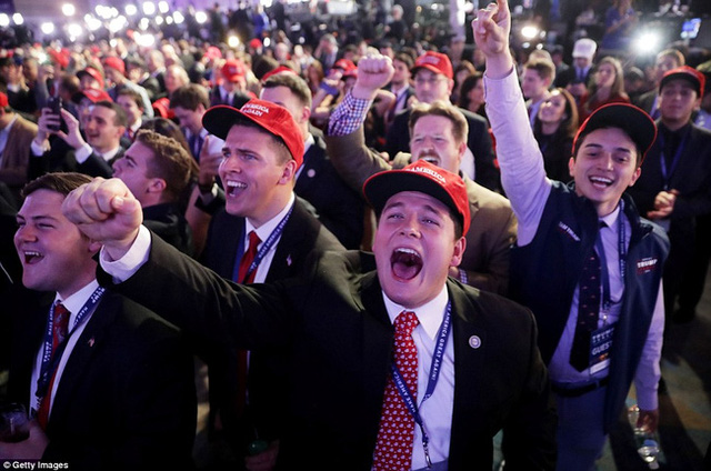 Những người ủng hộ ông Trump vui mừng tại các điểm bầu cử.