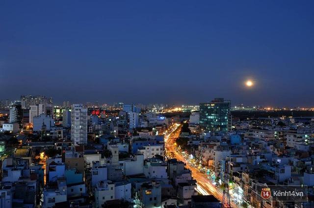 Siêu trăng bắt đầu nhô mình lên tại Sài Gòn (Ảnh: Hoàng Hà)