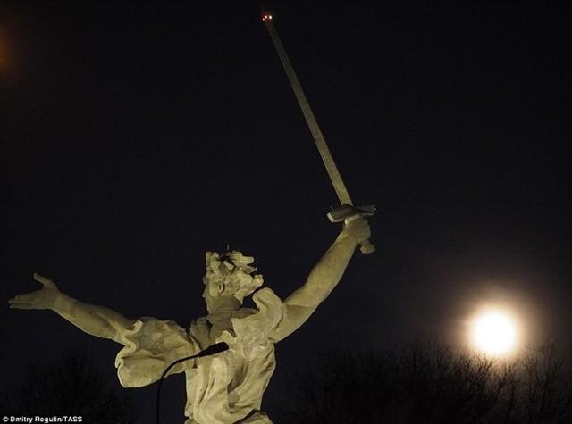 Đêm trăng ở tỉnh Volgograd của Nga. Siêu trăng là thuật ngữ xuất hiện gần đây để chỉ thời điểm trăng tròn và ở cận điểm, tức là điểm gần nhất của nó so với Trái Đất trong quỹ đạo hình elip. Siêu trăng ngày 14/11 sẽ ở cách Trái Đất khoảng 356.000 km.Ảnh: Tass.