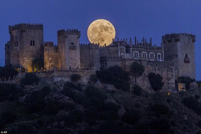 Mặt trăng ở Madrid, Tây Ban Nha to hơn và sáng hơn so với trăng rằm bình thường. Ảnh: AP.