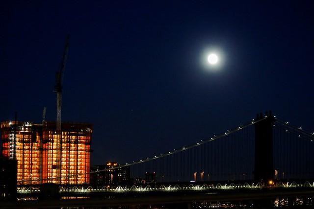 Siêu trăng phía trên cầu Manhattan tại New York đêm 13/11. Ảnh: Reuters.