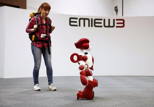 Robot EMIEW3 sẽ dẫn hành khách đến điểm nhất định mà họ muốn. Ảnh: Smarthey