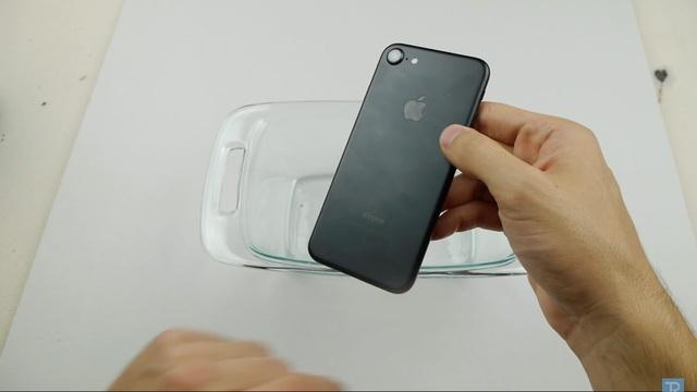 Nhân vật chính của chúng ta ngày hôm nay là một chiếc iPhone 7 màu đen nhám. Máy vẫn hoạt động hoàn toàn bình thường.