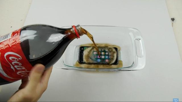 Đặt iPhone vào hũ thủy tinh và bắt đầu đổ Coca vào