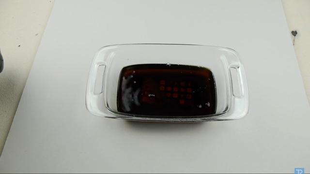 TechRax chỉ dừng đổ khi mực nước đã bao trọn toàn bộ chiếc iPhone. Sau đó, anh sẽ đưa hỗn hợp trên vào tủ lạnh và đợi trong vòng ít nhất 12 tiếng.