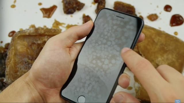 Máy cũng xuất hiện những vết lốm đốm trên màn hình