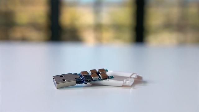 Nó chứa các tụ điện bên trong và sẽ phóng ngược điện lại khiến cho thiết bị điện tử chết không kịp ngáp