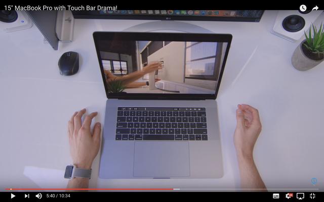 Tác dụng không ngờ tới của Touch Bar: bỏ qua quảng cáo khi xem YouTube trên MacBook Pro mới - Ảnh 1.