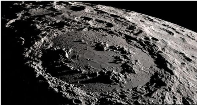 Một miệng núi lửa - kết quả của va chạm với thiên thạch trên bề mặt mặt trăng. Vòng tròn ở giữa là một dạng vòng đỉnh