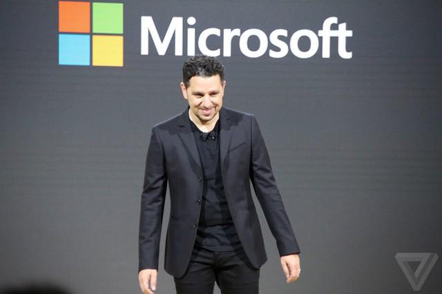 Panos Panay đang giới thiệu Surface Book mới.
