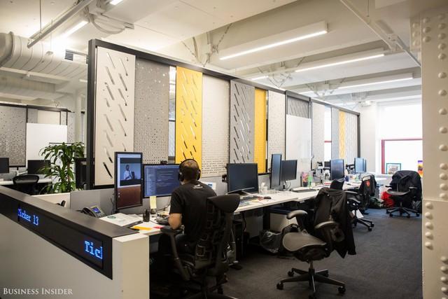 Đặc điểm chính của không gian văn phòng là có thiết kế mở. Không gian làm việc của LinkedIn rất dễ uốn, các nhân viên có thể đẩy nhẹ và điều chỉnh những tấm pano đặc biệt.