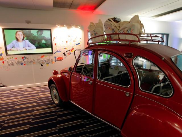 Một chiếc Citroen 2CV đỏ rực được đặt trang trí ngay trong trụ sở ở Paris.