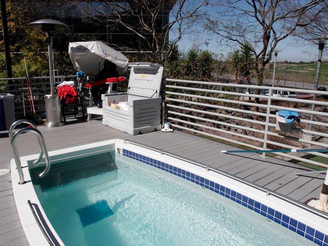 Bể bơi ngoài trời luôn sẵn sang cho các tín đồ thích nghịch nước dưới cái nóng nực mùa hè.