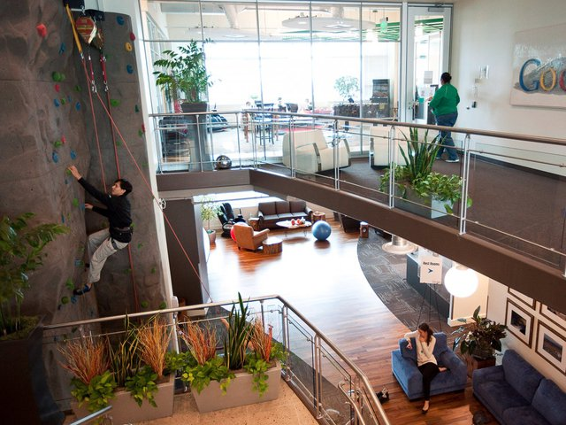 ...cũng là nơi được thiết kế song song với không gian thể thao leo tường núi ngay bên trong văn phòng.